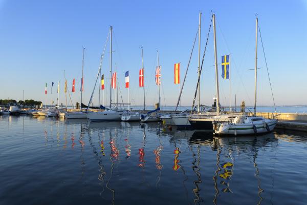 raekke bade og farverige europaeiske flag