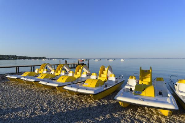 raekke farverige vandcykler pa stranden om