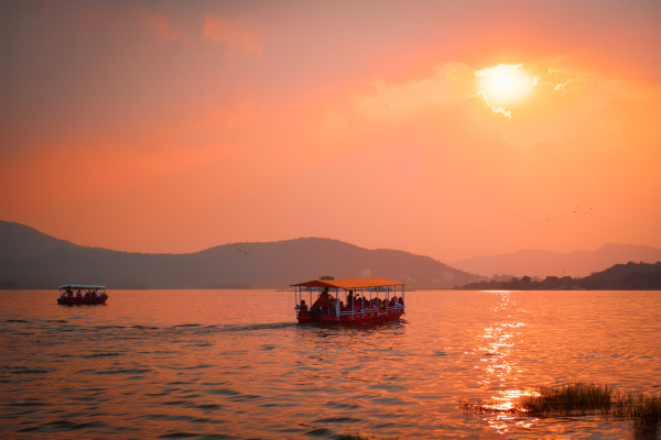 boat, in, lake, pichola, on, sunset - 28478447