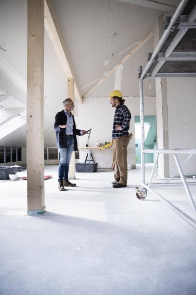 arkitekt og bygningsarbejder planlaegning mens staende