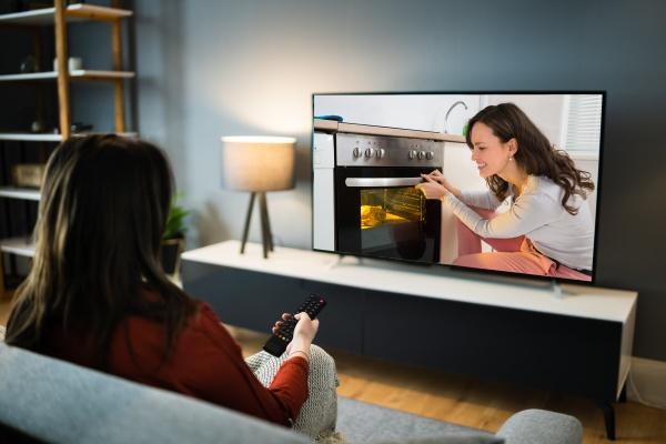 kvinde ser tv film