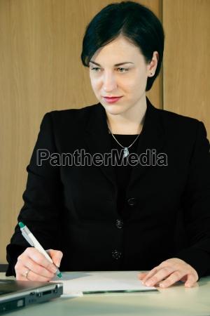 kvinde kontor note bemaerke notere bemaerkning