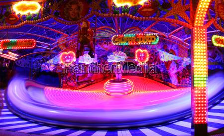 natteoptagelse marked markedsfest postyr dreje farverig
