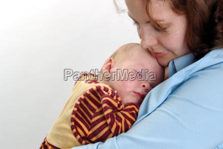baby sove i mors arme