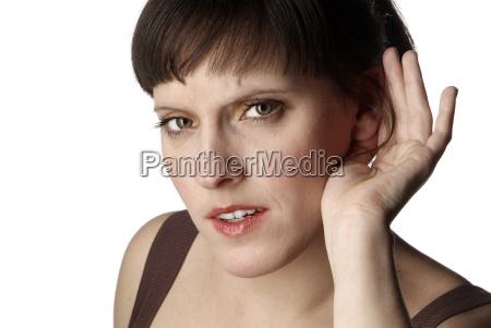 mujer escucha