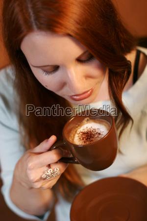 kvinde cafe kop hand drik fritid