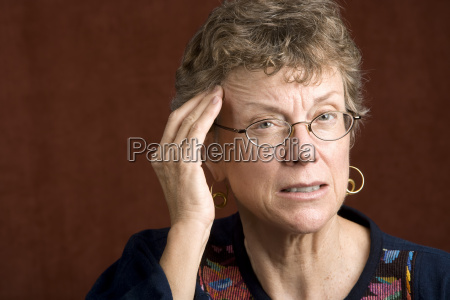 kvinde med en hovedpine