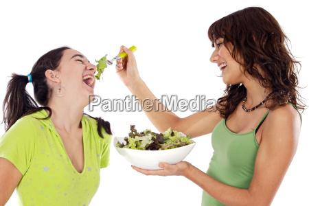 to smukke piger med en salat