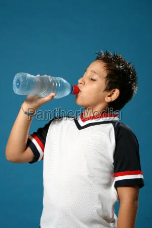 torstig dreng drikkevand