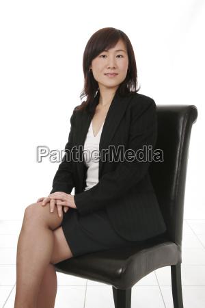 asiatiske forretningskvinde med mobiltelefon