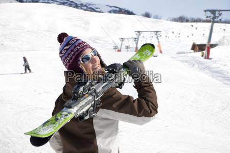 kvinde transporterer ski