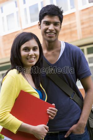 to studerende star udendors smilende