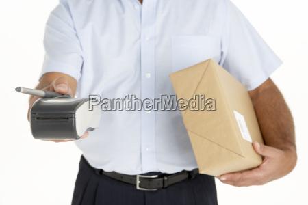 courier holding a parcel og en