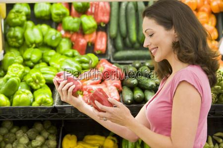 kvinde shopping for peberfrugt pa en