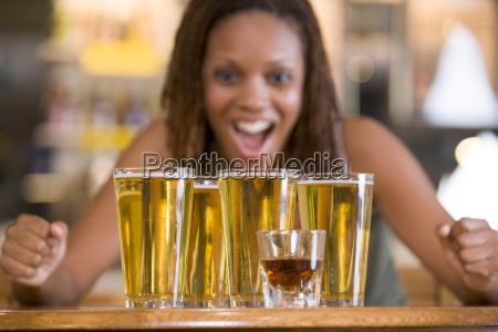 kvinde vaertshus bar knejpe pub udskaenkningssted