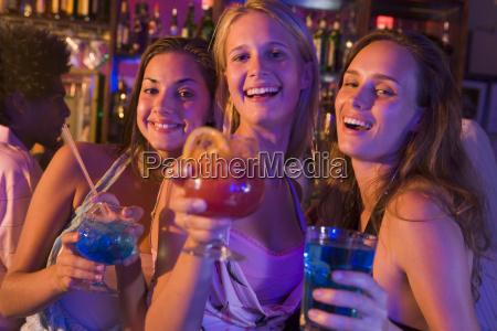 unge kvinder i en bar