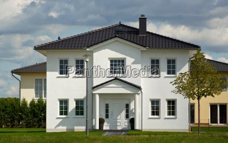 enkelt hus med have