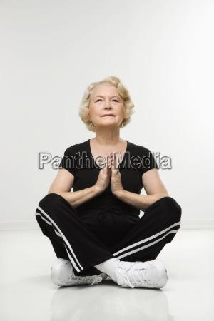 senior kvinde meditere
