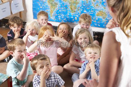 montessori bornehaveklassen lytte til laerer