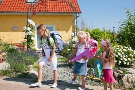 schulweg skoleborn barn skole uddannelsesinstitution born
