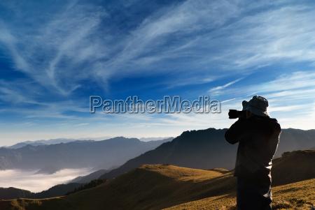 kameramand standed og skudt hvirs skyer