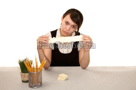 bored kvindelige kontorist pa hendes skrivebord