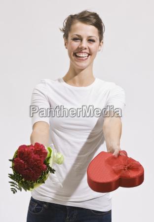 attraktiv, ung, kvinde, holding, out, roser - 2824041