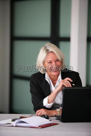 portræt, af, en, smilende, senior, kvinde - 2906405