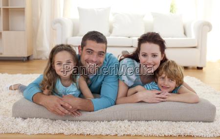familie pa gulvet i stuen