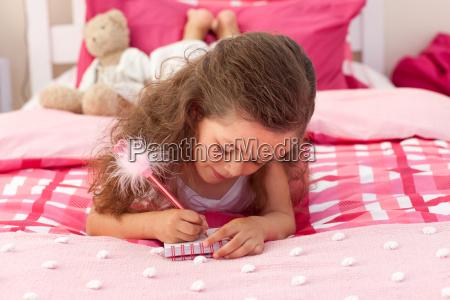 naerbillede af en lille pige der