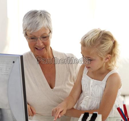 lille pige forklarer sin bedstemor hvordan