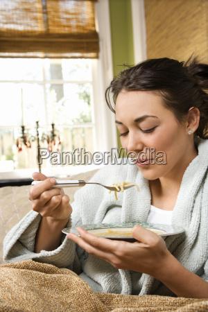 ung kvinde spise soup