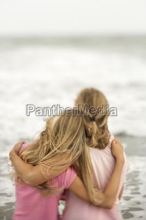 mor og datter pa stranden