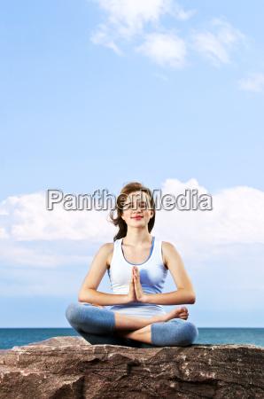 ung pige mediterende udendors
