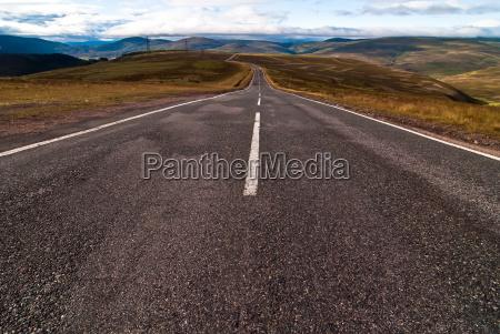 asfalt vej forer ind i flade