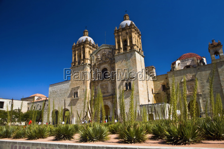lav vinkel udsigt over en kirke