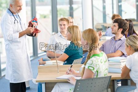 medicinstuderende med professor