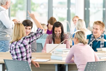 gruppe af studerende i klassevaerelset