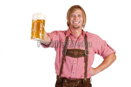 mand med lederhose holder oktoberfest pints