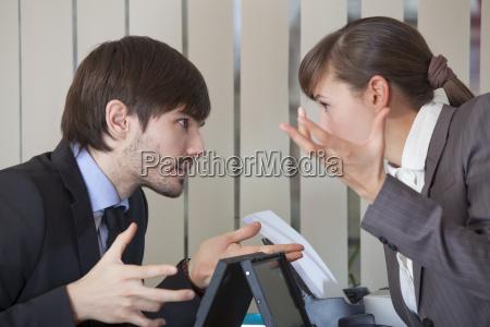 to kontor arbejdere i konflikt