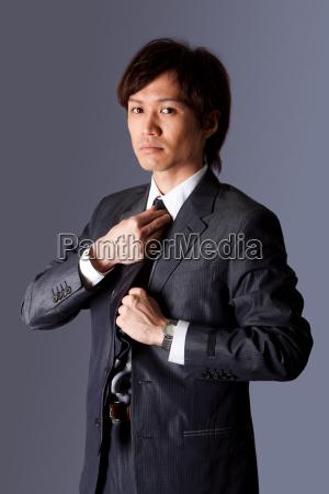 vellykket asiatiske forretning mand fastsaettelse slips
