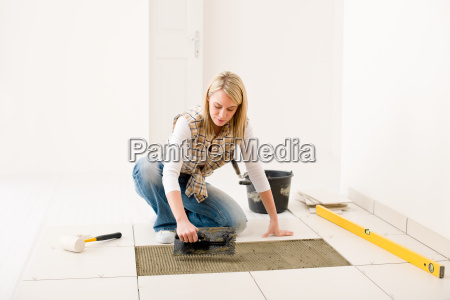 hjem forbedring renovering handywoman aeglaeggende flise