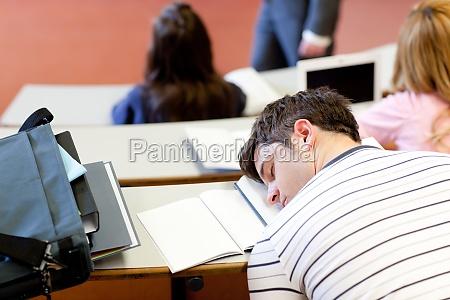 asleep mandlig studerende under en universitet