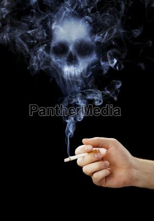 hand der holder en cigaret med