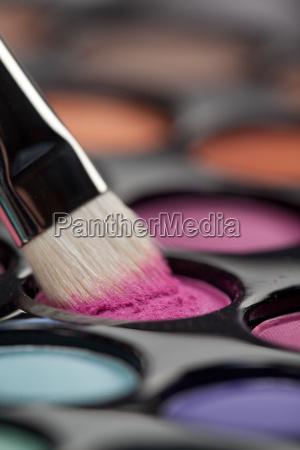 ojenskygge saet med makeup borste picking