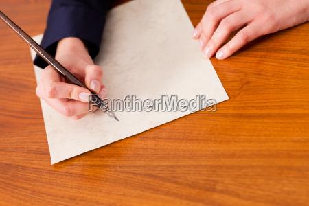 woman skriver et brev med pen