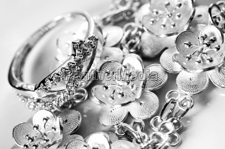 fritstillet smykker juveler kostbare smykker kostbarheder