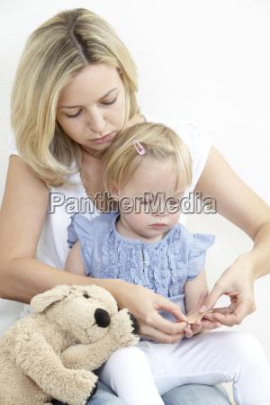 mor og datter med gips