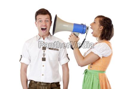 kvinde raseri vrede megafon graede skaenderi