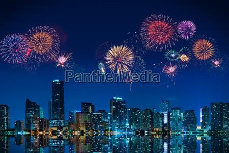 big fyrvaerkeri over skyline downtown miami